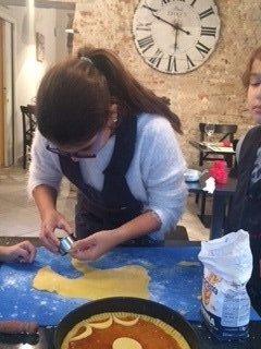 una ragazza mentre decora una crostata