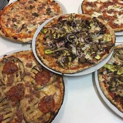 5 piatti con delle pizze di diversi gusti