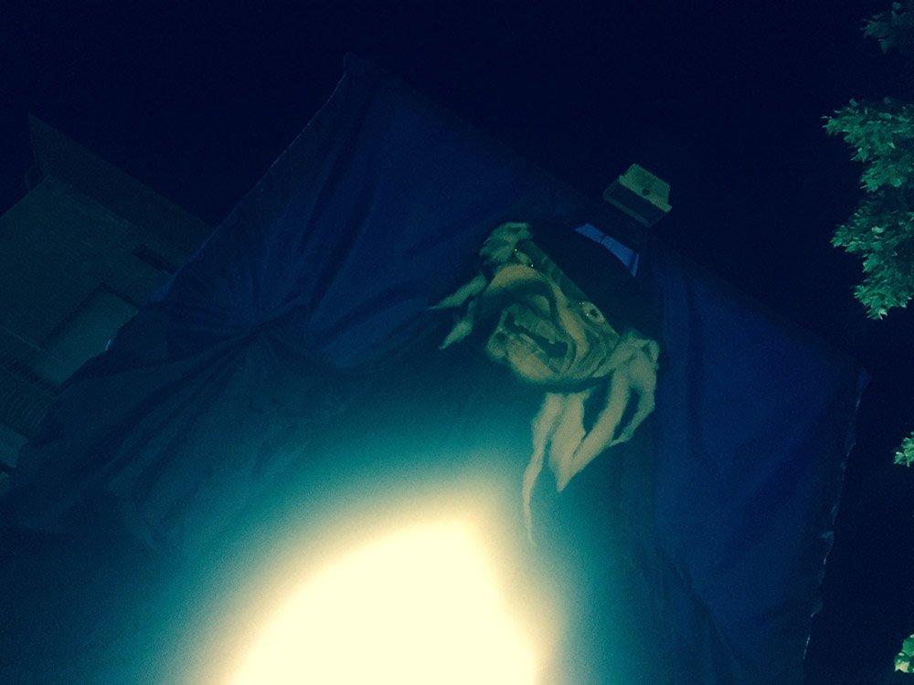 una foto di una strega