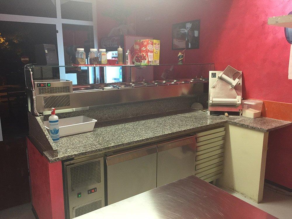 vista del banco da lavoro nella pizzeria