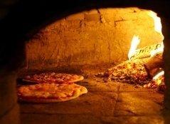 pizzeria napoletana, pizza cotta nel forno a legna, pizza tradizionale
