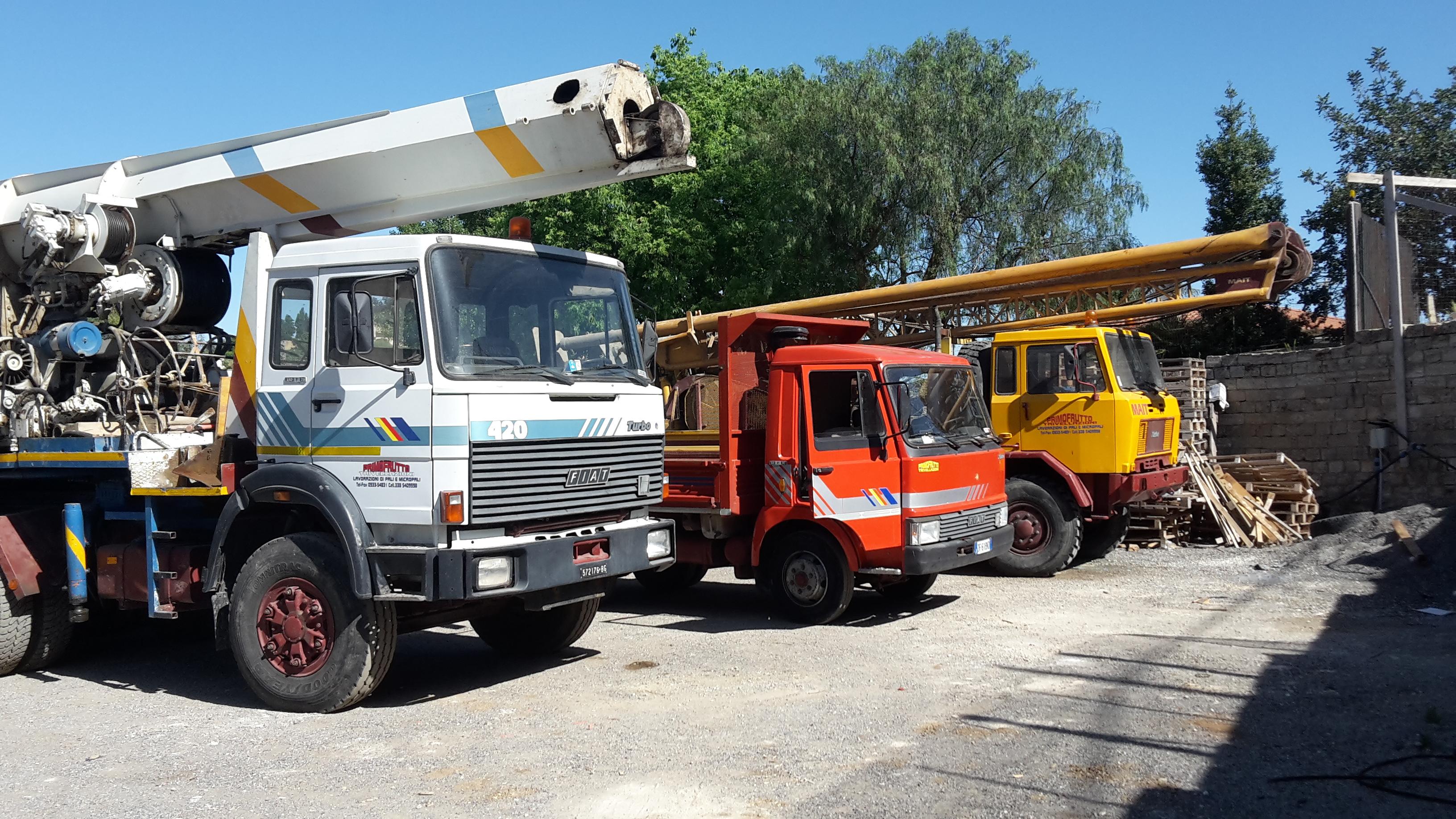 Tre camion con trivelle