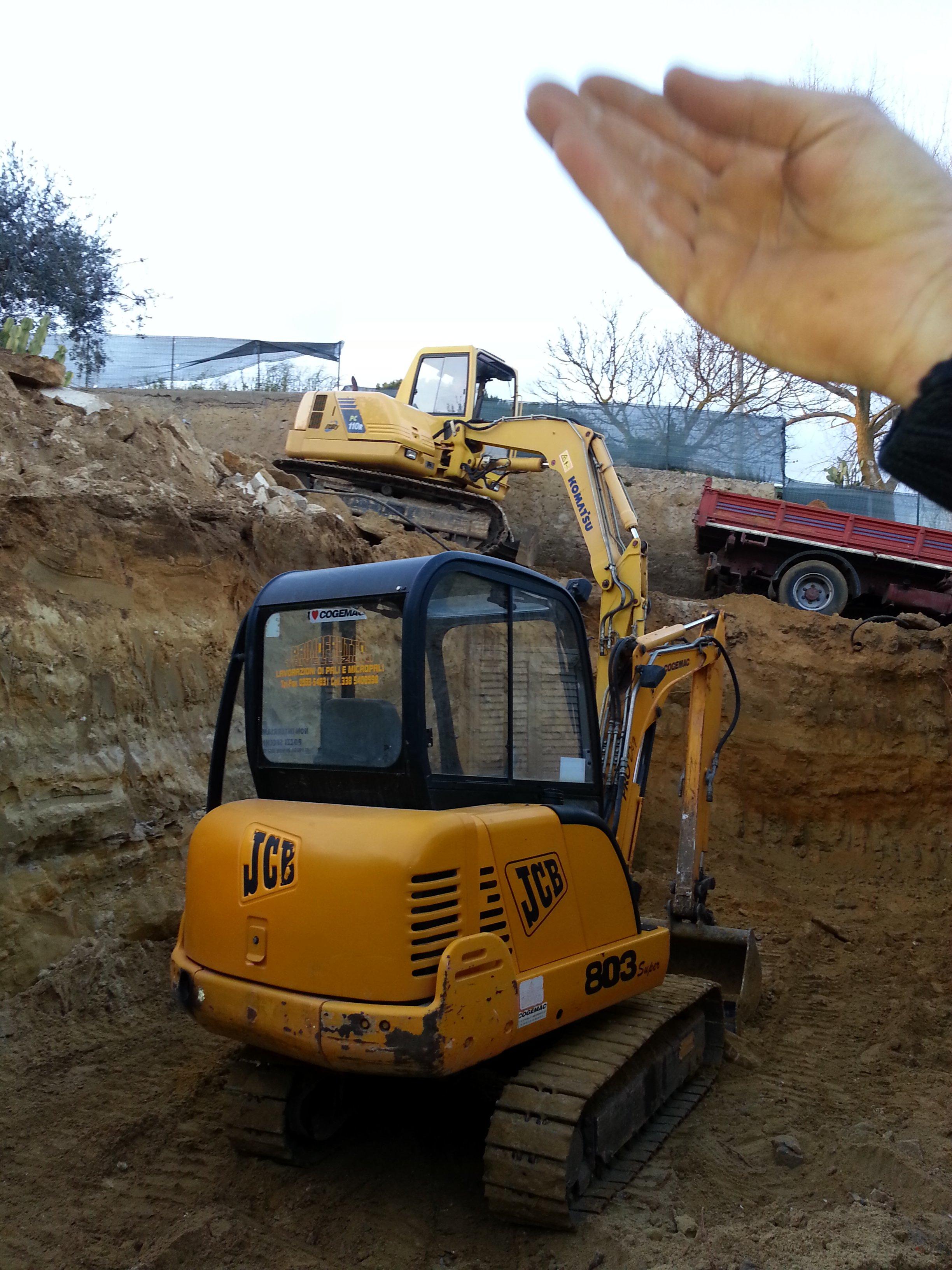 due escavatrici in uno scavo