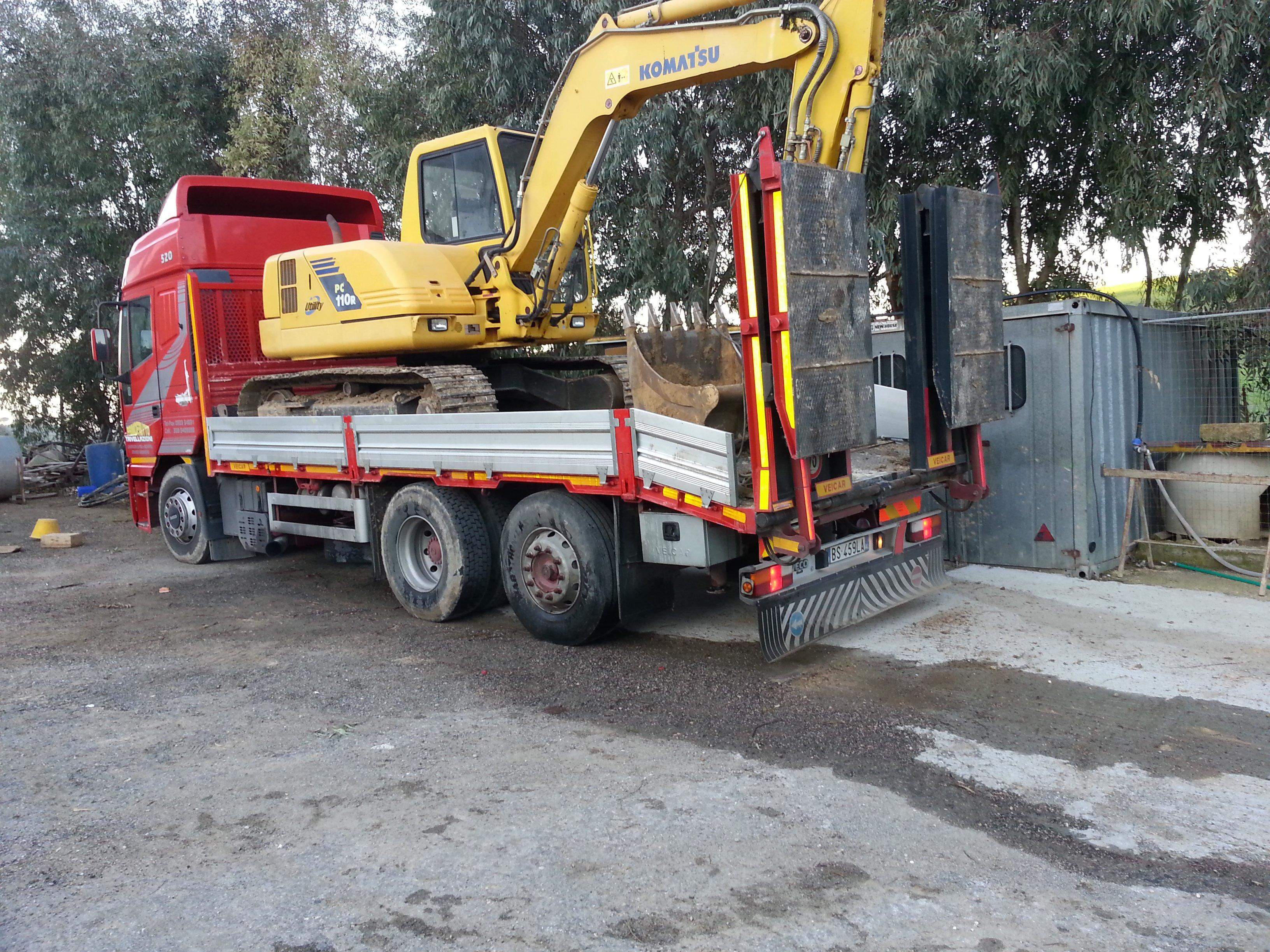 camion rimorchia una escavatrice