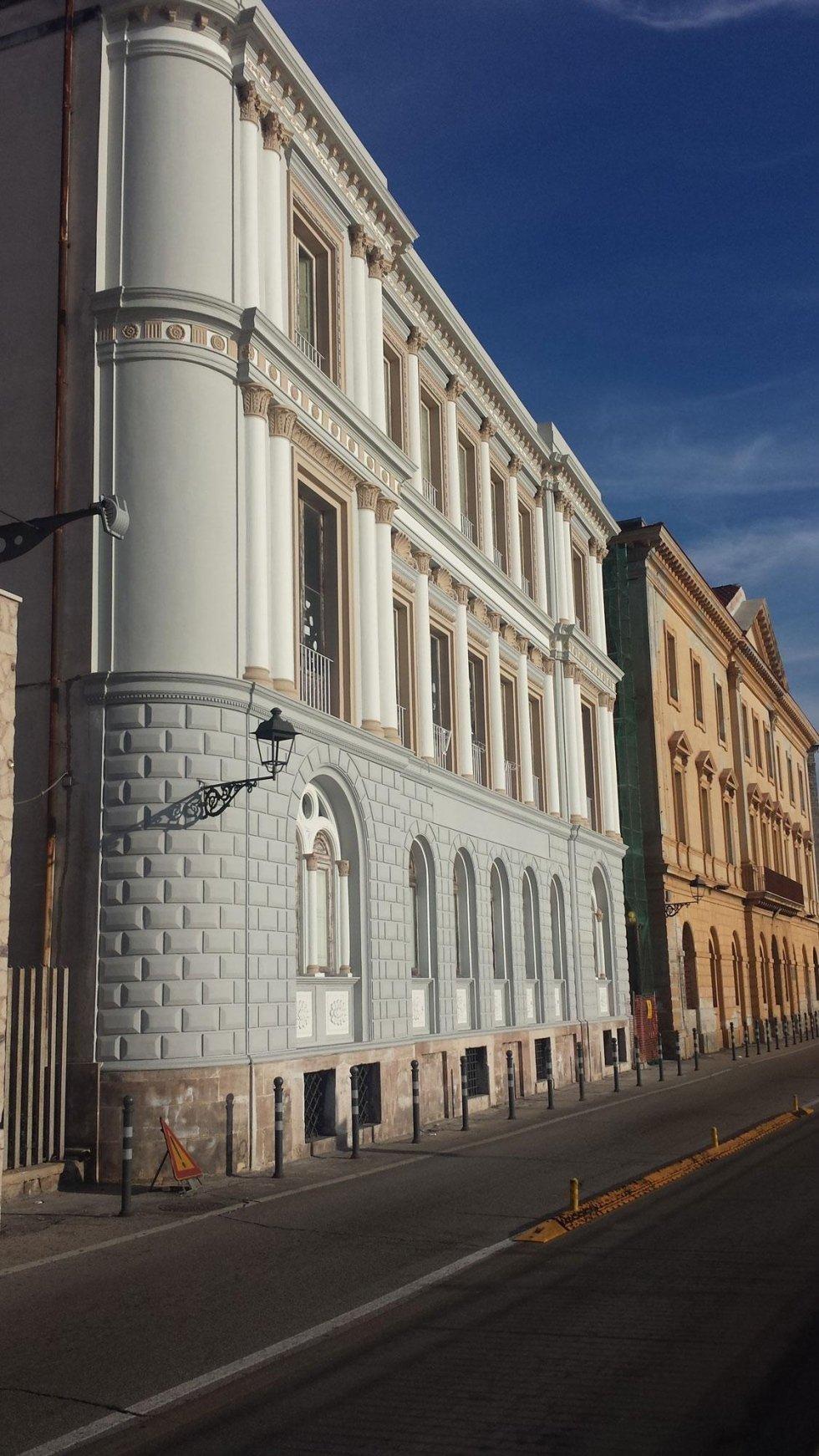 una strada e vista di un edificio in costruzione