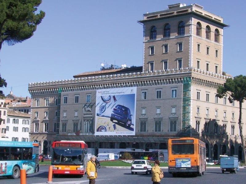 Maxi affissione a piazza venezia