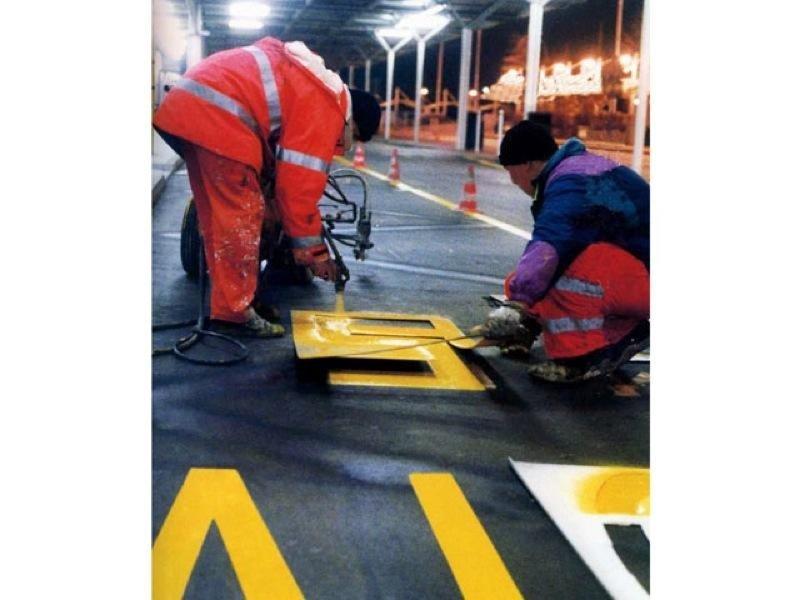 strisce gialle asfalto