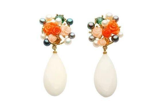 Orecchini femminili con perle e fiori
