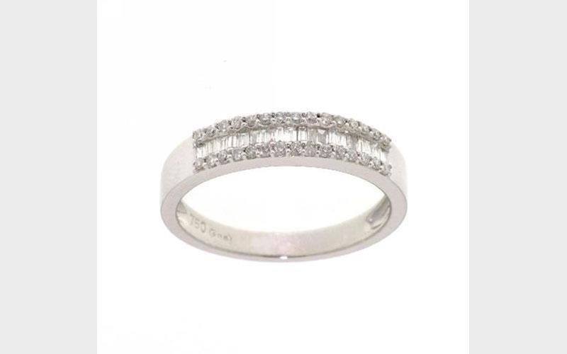 Anello in argento con diamanti