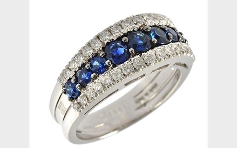 Anello con diamanti blu