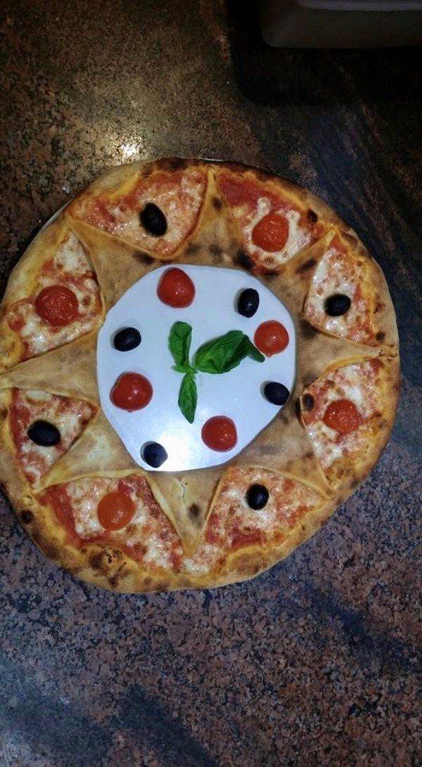 una pizza a forma di ciambella