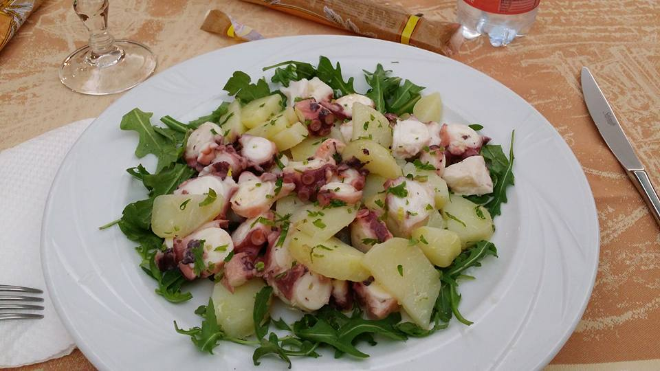 un piatto di polipo e  patate
