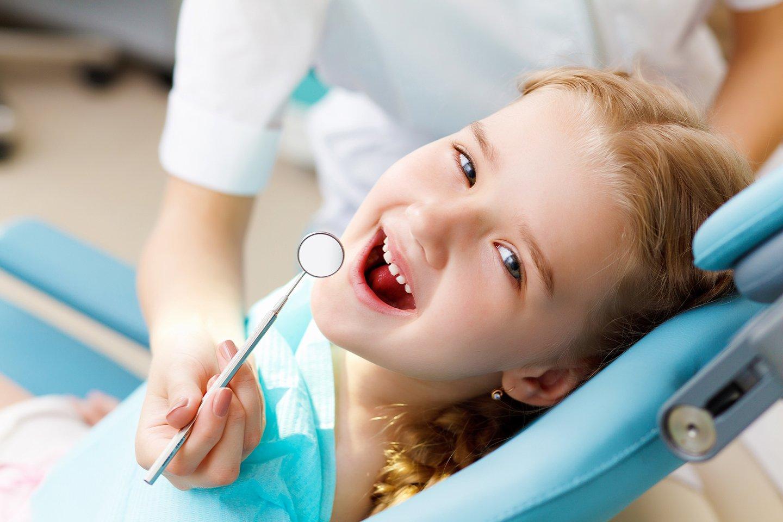 Bambina sorride durante una visita dentistica