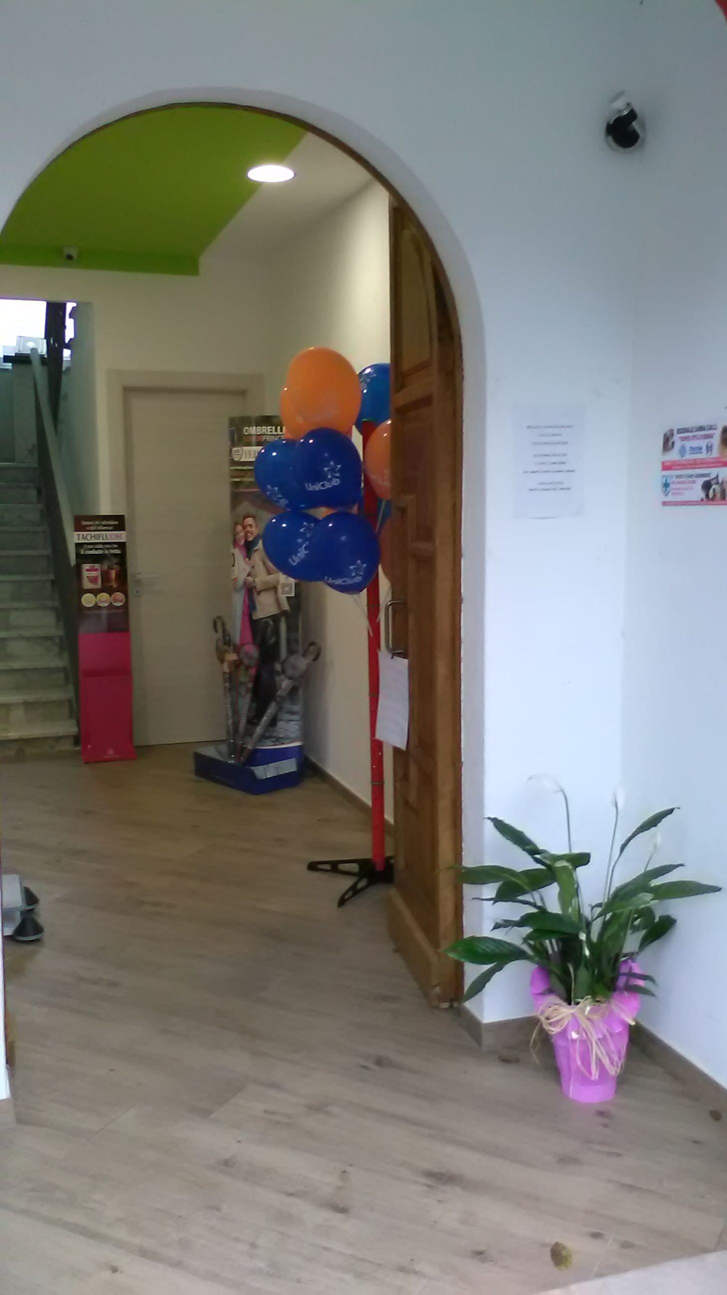 palloncini attaccati a una porta
