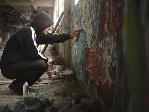 Graffiti su muri abitazioni