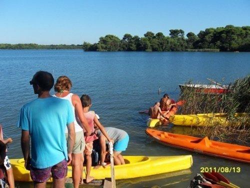 persone che salgono su una canoa