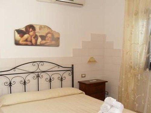 camera da letto con mobili interni