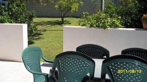 spazio esterno di un agriturismo con sedie