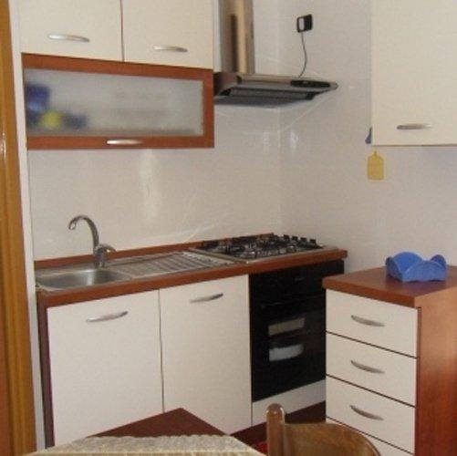 vista di una cucina con arredamento