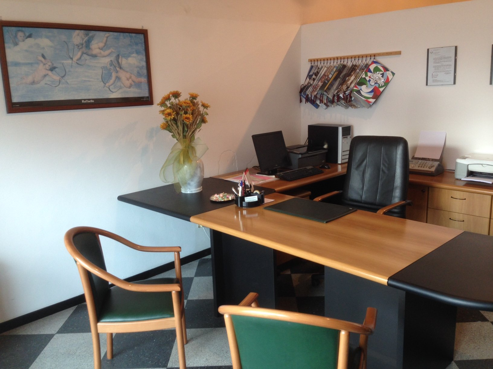 ufficio con scrivania e sedie
