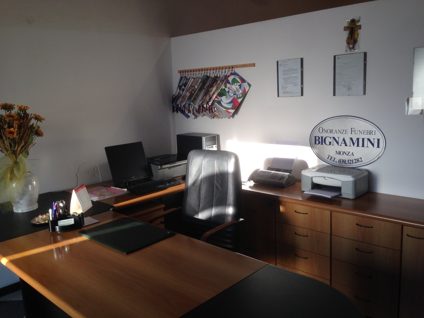 ufficio con scrivania e poltrona