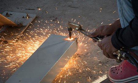 Taglio di metallo con torcia di acetilene