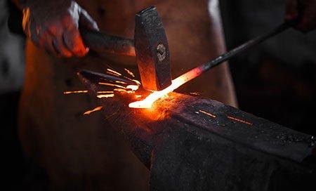 martello che forgia metallo fuso