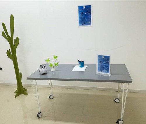 vista di una aula per lezione benessere con oggetti sul tavolo