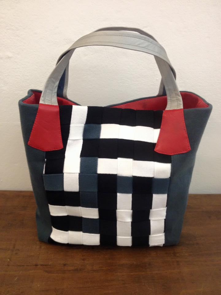 Capi fatti a mano di Antonia a Imola, borsa di design bianca e nera