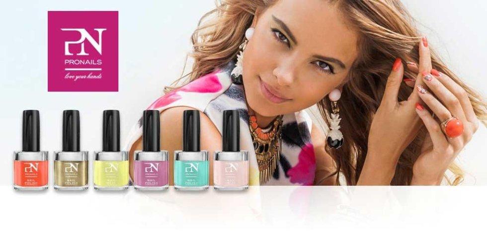 degli smalti di vari colori della marca PN Pronails e una modella che si tocca i capelli