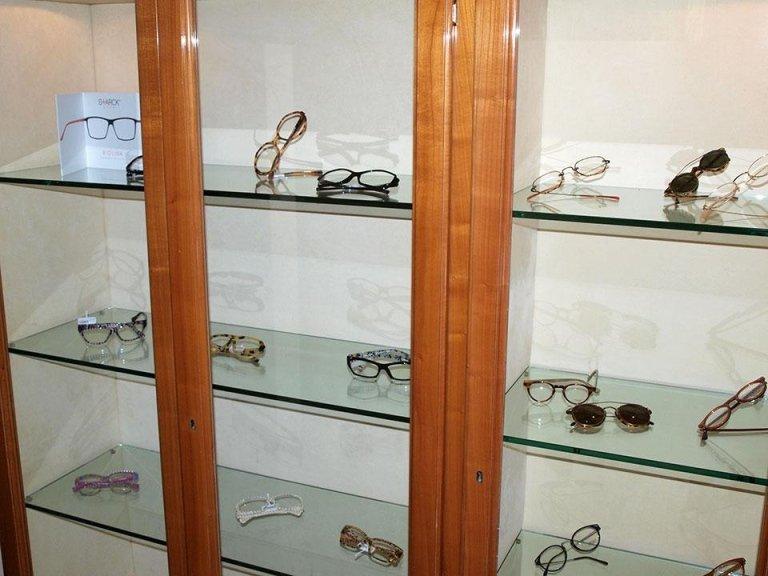scaffale con occhiali da vista