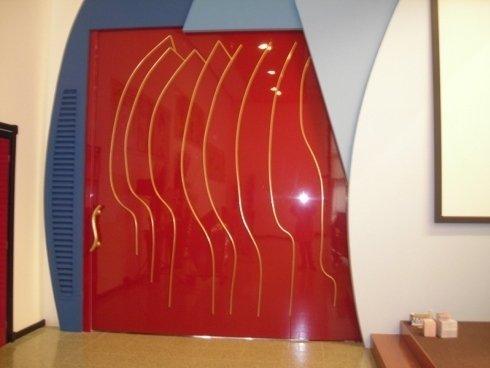 Porta scorrevole rossa con design dorato