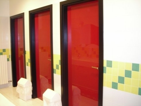 Tre porte rosse con cornice nero