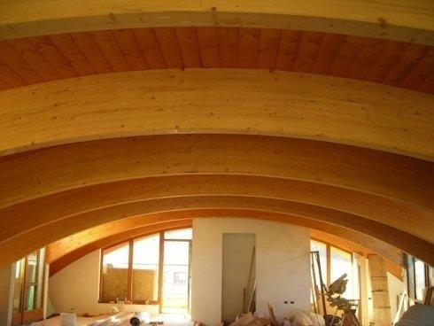 Tavola di legno con le zampe tornite