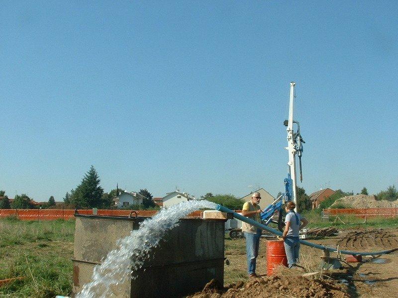 Due addetti vicino a un tubo idraulico in funzione