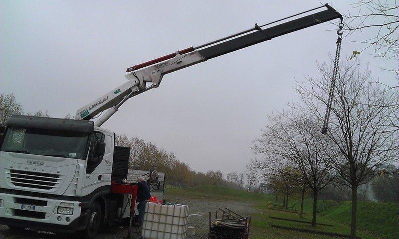 Lungo braccio di un macchinario installato su un camion