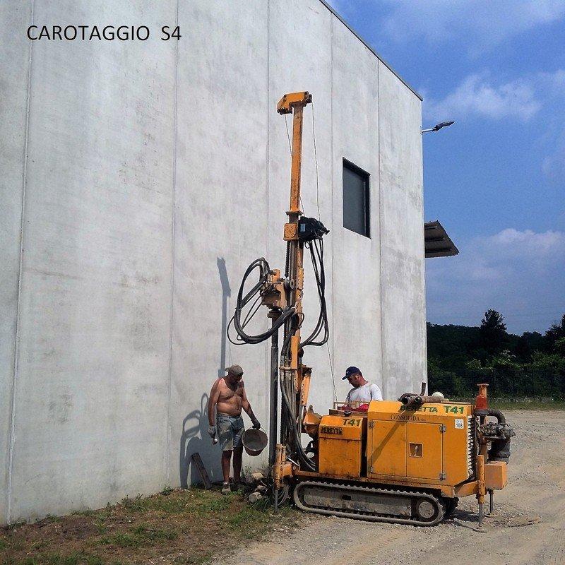 Addetti al lavoro su una parete esterna con un macchinario