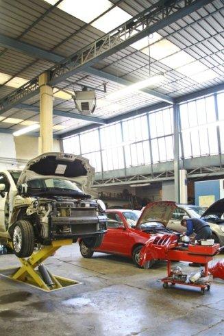 officina vetture in riparazione
