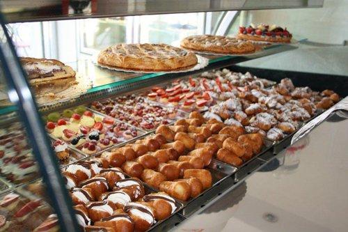 Pasticceria mignon brioches muffins cookies ed altri dolci con panna a Salerno
