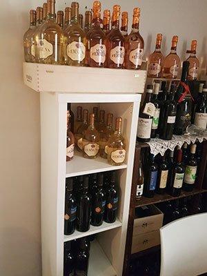 delle bottiglie di vino in uno scaffale