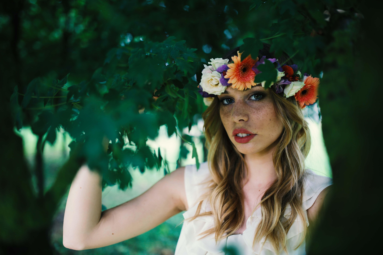 una ragazza con una ghirlanda di fiori in testa