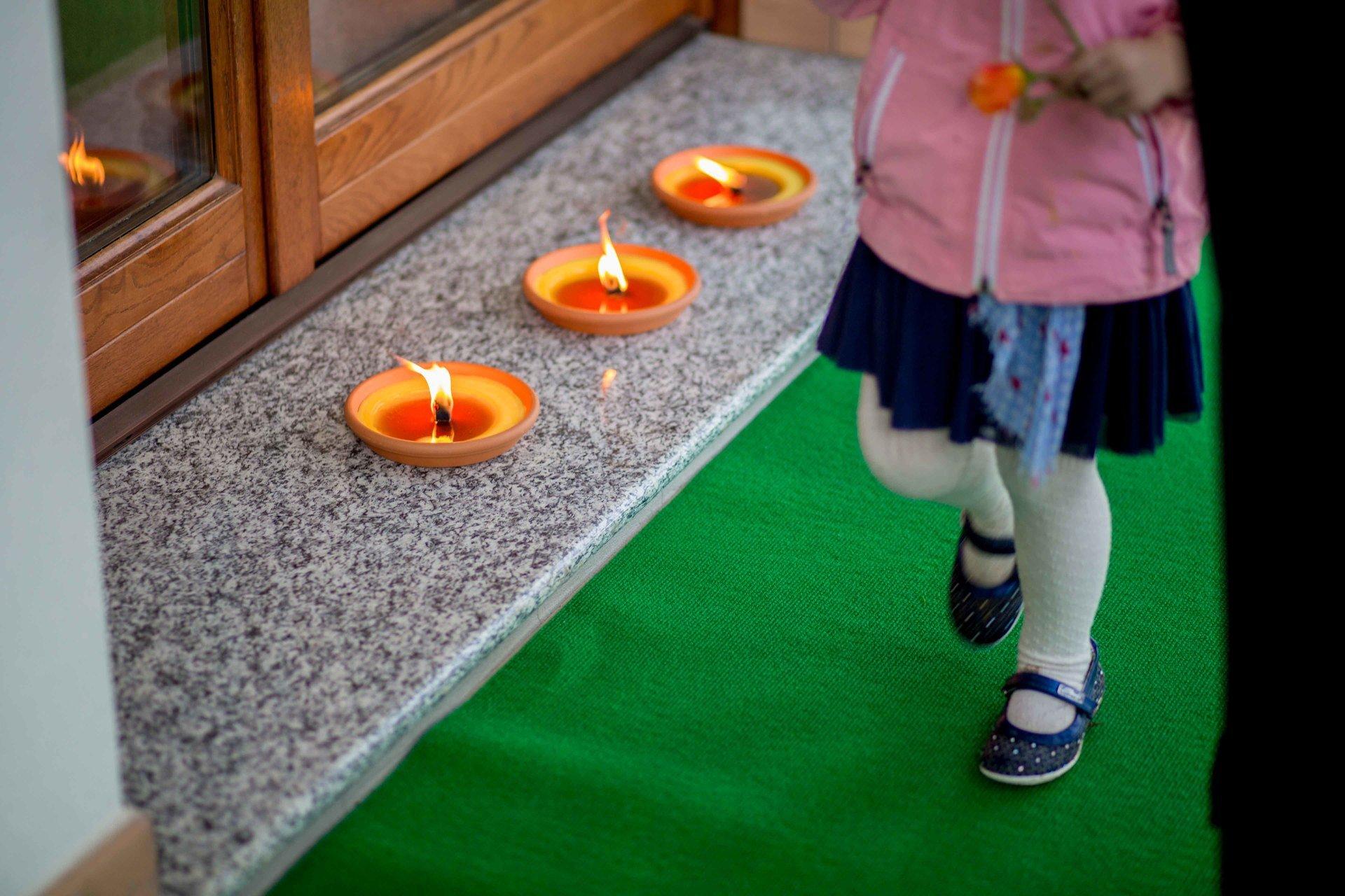 bambina passeggiando tra candele