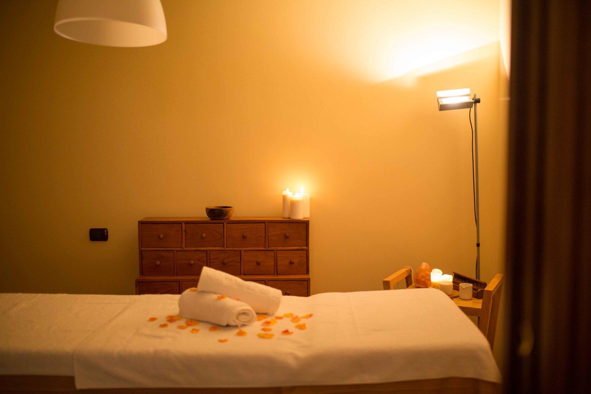sala con lettino per massaggi