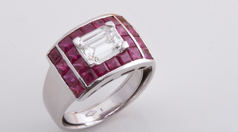 Anello in oro bianco con rubini e diamante taglio smeraldo
