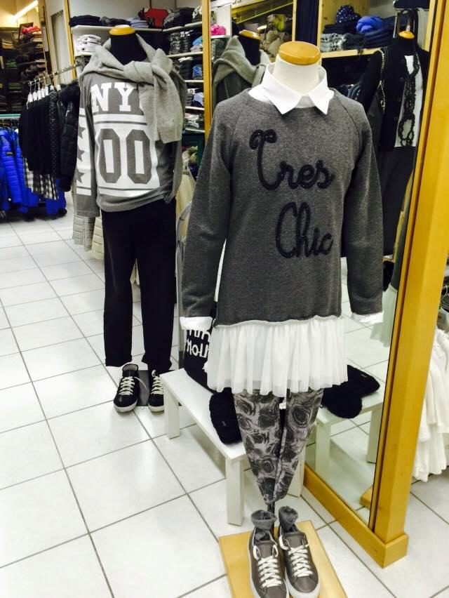 due magliette bianche e grigie a disegni e dei pantaloncini di jeans