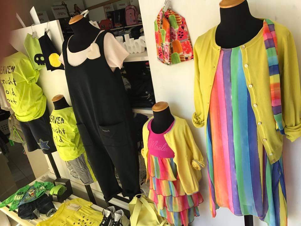 di manichini con degli abiti multicolore