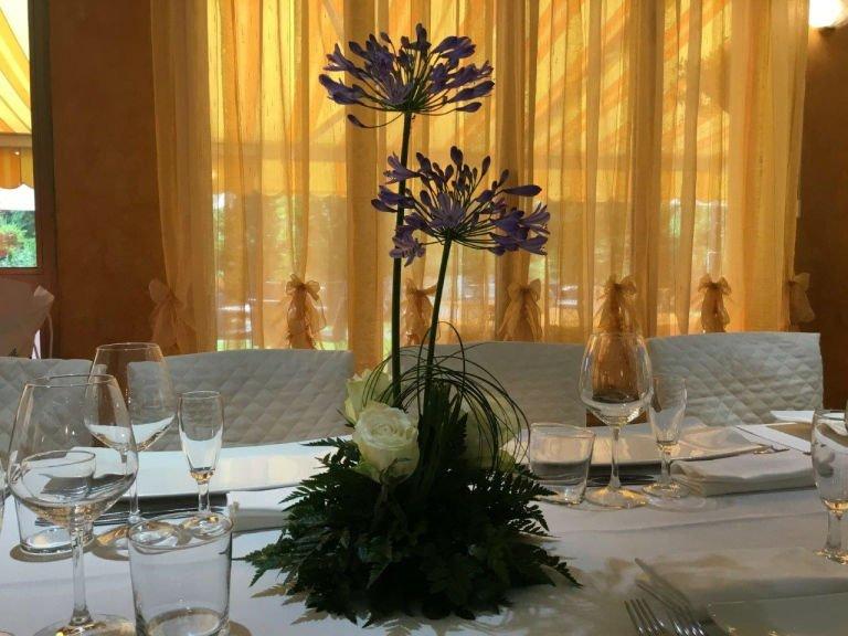 dei fiori viola su una tavola apparecchiata
