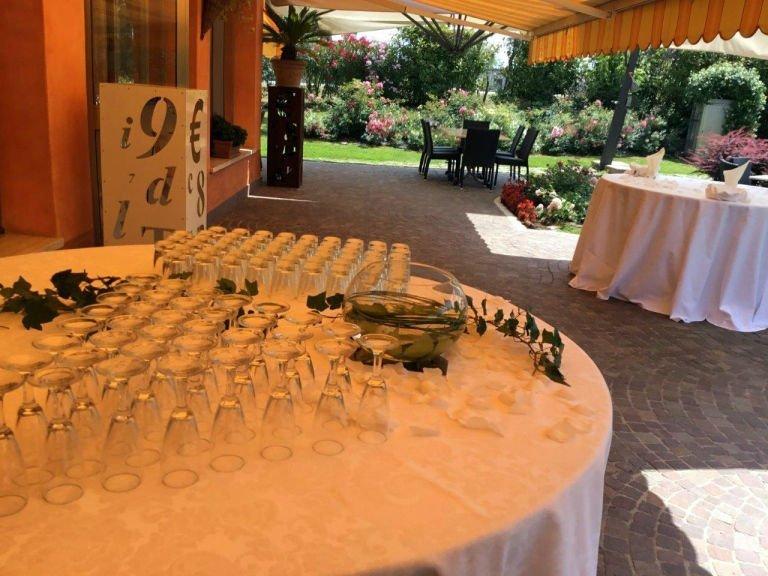 un tavolo rotondo con sopra dei bicchieri rovesci