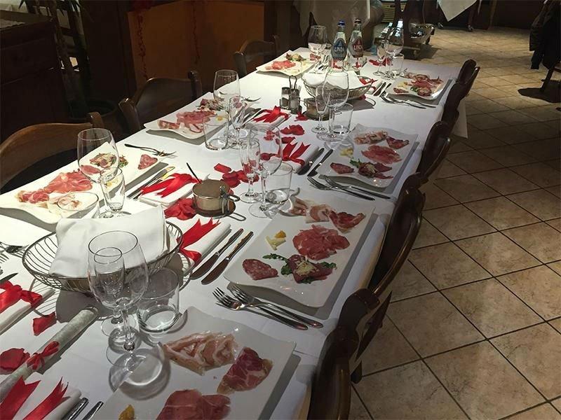 di piatti con dei salumi in una tavolata