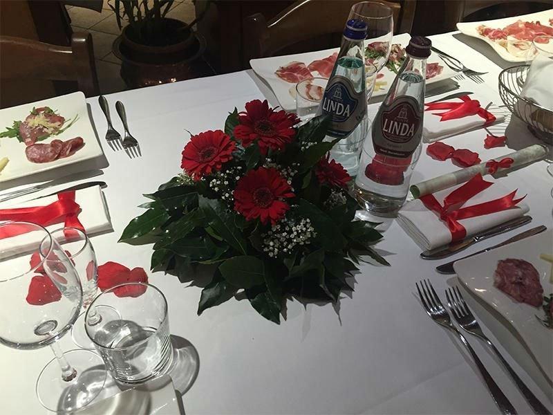 dei fiori rossi e bianchi su una tavola